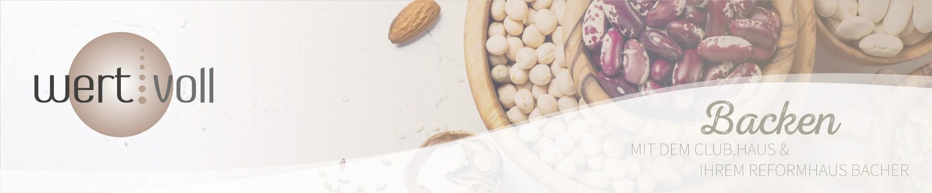 Aufsicht mehrere Schalen mit Hülsenfrüchten und Nüssen.