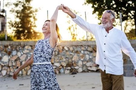 Aelteres Paar tanzt auf der Strasse