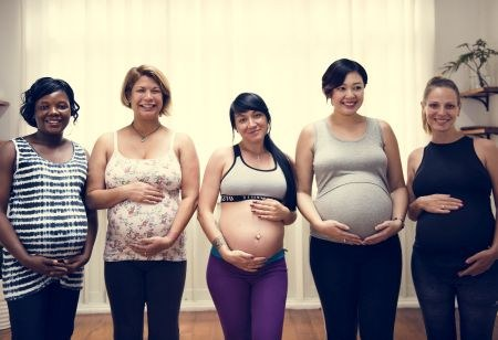 Verschiedene schwangere Frauen
