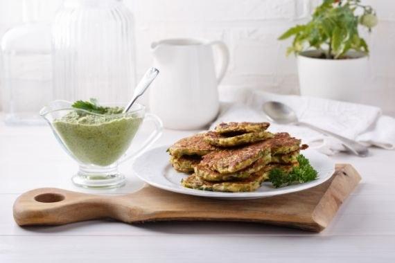Zucchini-Linsenfrikadellen auf weißem Tisch