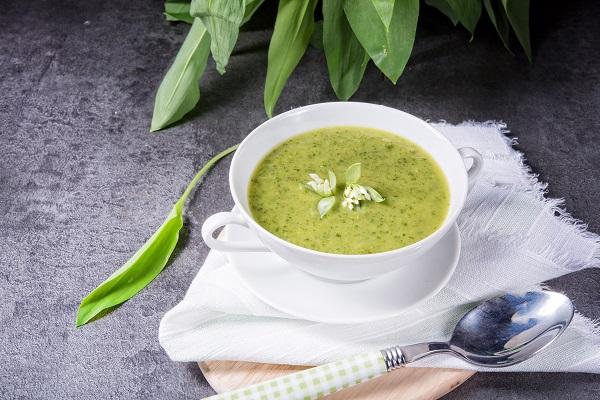 Suppe mit Bärlauch auf dunklem Untergrund